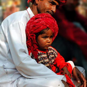Höhepunkte Rajasthans ab Delhi: Rajasthan: father with child