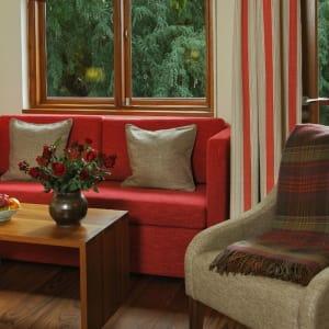 Sanctum Inle Resort à Lac Inle: Cloister red sofa 1