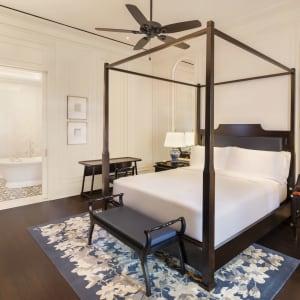 Raffles Singapore in Singapur: Courtyard Suite | Bedroom