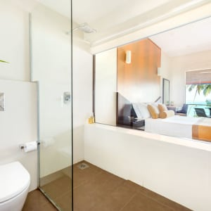 Shinagawa Beach à Balapitiya: Deluxe | Bathroom with view of ocean