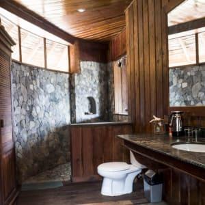 Papouasie – un voyage dans un autre temps de Jayapura: room: Deluxe Honai | Bathroom