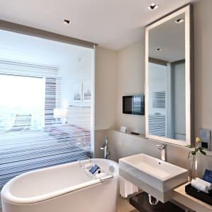 The Oberoi in Delhi: Deluxe Room | Luxury Room | Bathroom