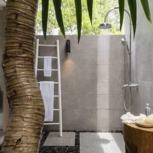 The Sarojin à Khao Lak: Jacuzzi Pool Suite | outdoor shower