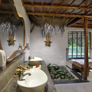 Evolve Back Kuruba Safari Lodge à Parc national de Nagarhole: Pool Hut | Bath