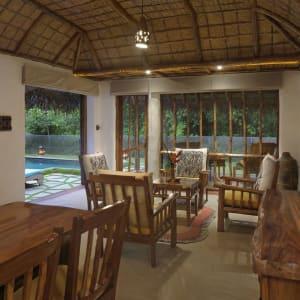 Evolve Back Kuruba Safari Lodge à Parc national de Nagarhole: Pool Hut | Living-Room