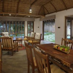 Evolve Back Kuruba Safari Lodge à Parc national de Nagarhole: Pool Reserve | Living-Room