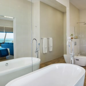 Shinagawa Beach à Balapitiya: Suite | Bathroom with view of ocean