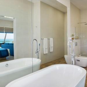 Shinagawa Beach à Balapitiya:  Suite | Bathroom with view of ocean