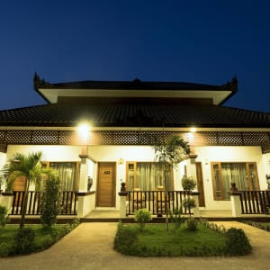 Yadanarpon Dynasty à Mandalay: Villa | from outside by night