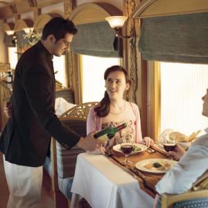«The Deccan Odyssey» - La splendeur du Maharashtra de Mumbai: Service on Deccan Odyssey 1