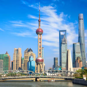 Mit der Tibet Bahn zum Dach der Welt ab Peking: Shanghai skyline with historical Waibaidu bridge