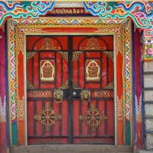 Découverte active du Yunnan de Kunming: Shangri-La house gate 001