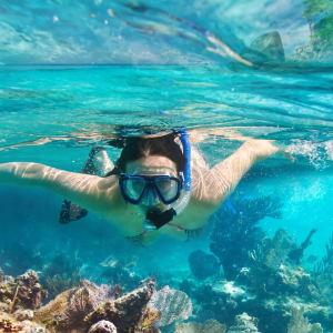 Erlebnis Südthailand ab Bangkok: Southern Thailand: Woman snorkling