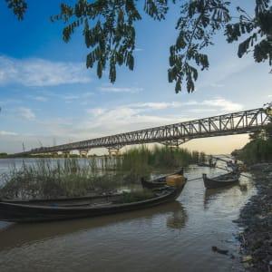 La fascination du Myanmar – un pays en mutation de Yangon: Sunset at Pakokku Bridge Magway Region