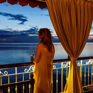 Flusskreuzfahrt nach Angkor ab Saigon: the-jahan-east-india-club-funnel-bar-lounge
