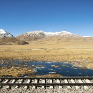 Mit der Tibet Bahn zum Dach der Welt ab Peking: Tibet Train Landscape with rails