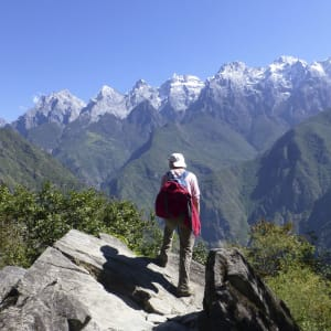 Découverte active du Yunnan de Kunming: Tiger Leaping Gorge in front of Snow Mountain