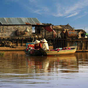 Les hauts lieux du Cambodge de Siem Reap: Tonle Sap women sail on a boat