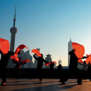 Flussfahrt auf dem Huang Pu in Shanghai: Traditional Chinese dance with fans in Shanghai