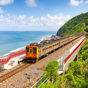 Taiwan – Grosse Mietwagenrundreise ab Taipei: Train approaching the Duoliang Station in Taitung