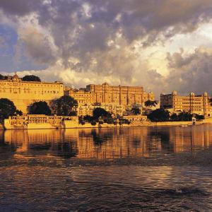 «The Deccan Odyssey» - au pays des rois de Delhi: Udaipur City Palace with Pichola Lake 001