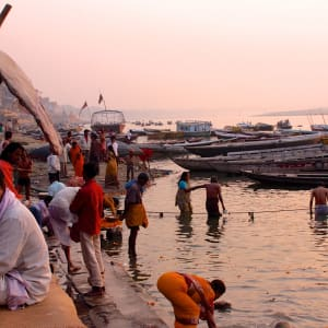 Indien für Geniesser ab Delhi: Varanasi: early morning at the ghats