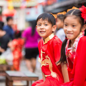 Découverte active du centre du Vietnam de Hué: Vietnam Young chinese boy and girl smiling and happy in lunar new year costume dress