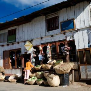 Au pays du Dragon tonnerre de Paro: Wangdue Phodrang: street scene