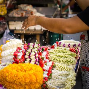 Thaïlande compacte de Bangkok: Watering jasmine garland in Thailand street market