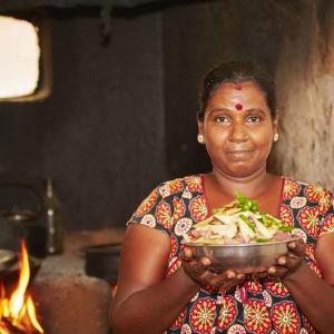 L'Est du Sri Lanka en été de Colombo: Woman preparing food