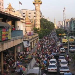 Découverte active du Myanmar de Yangon: Yangon: Maha Bandoola Road with Sule Pagoda