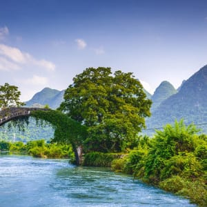 Märchenhaftes Südchina ab Shanghai: Yangshuo at the Dragon Bridge spanning the Li River