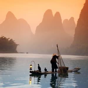 Rizières du cieletreliefs étranges de Guilin: Yangshuo: Chinese man fishing with cormorants birds