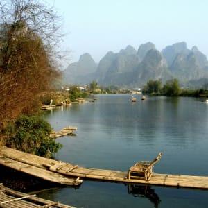 Rizières du cieletreliefs étranges de Guilin: Yangshuo: Karst landscape with river