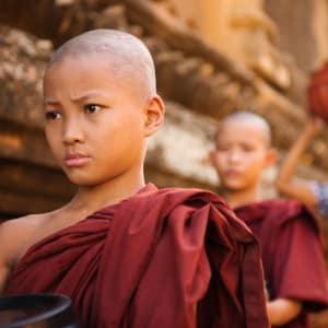 Mythes et légendes du Myanmar de Yangon: young Buddhist monks walking morning alms
