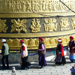 Les hauts lieux du Yunnan de Kunming: Zhongdian: Giant prayer wheel at temple