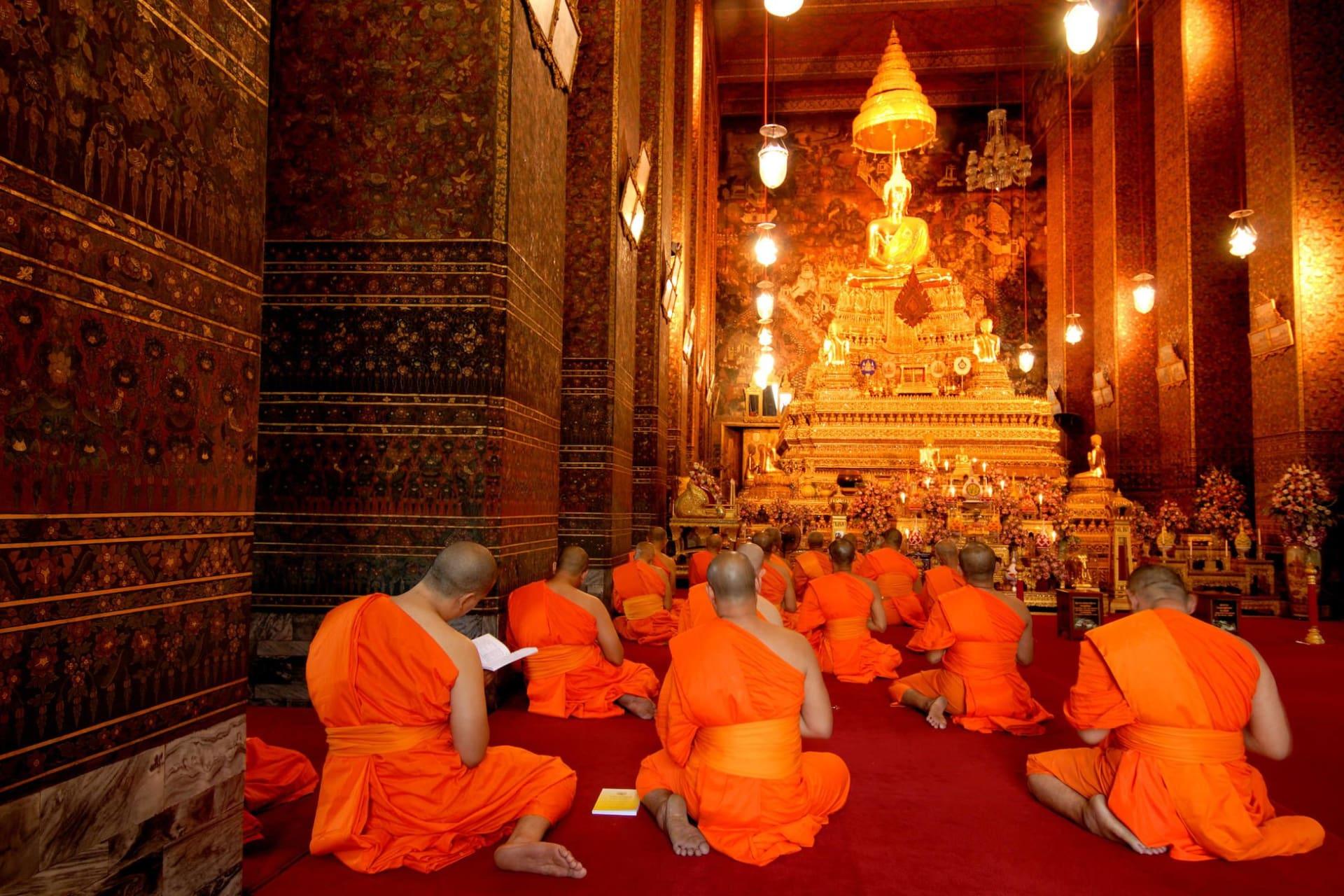 Bangkok: Buddha image and monks in Wat Pho Temple