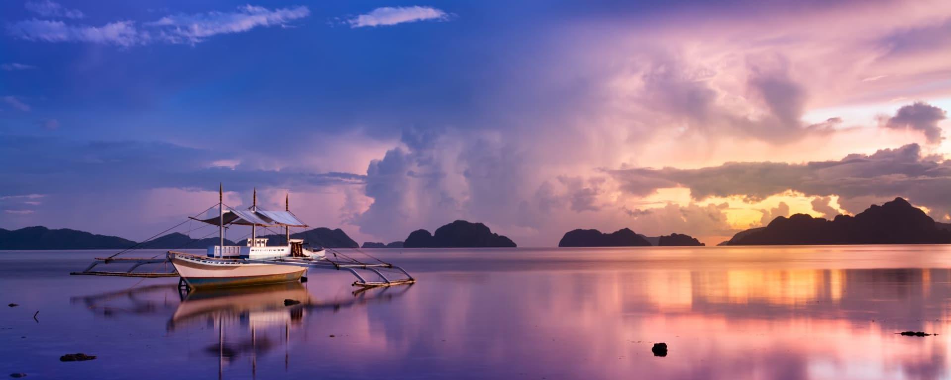 Traumhaftes Palawan: Palawan El Nido tropical sunset with a banca boat