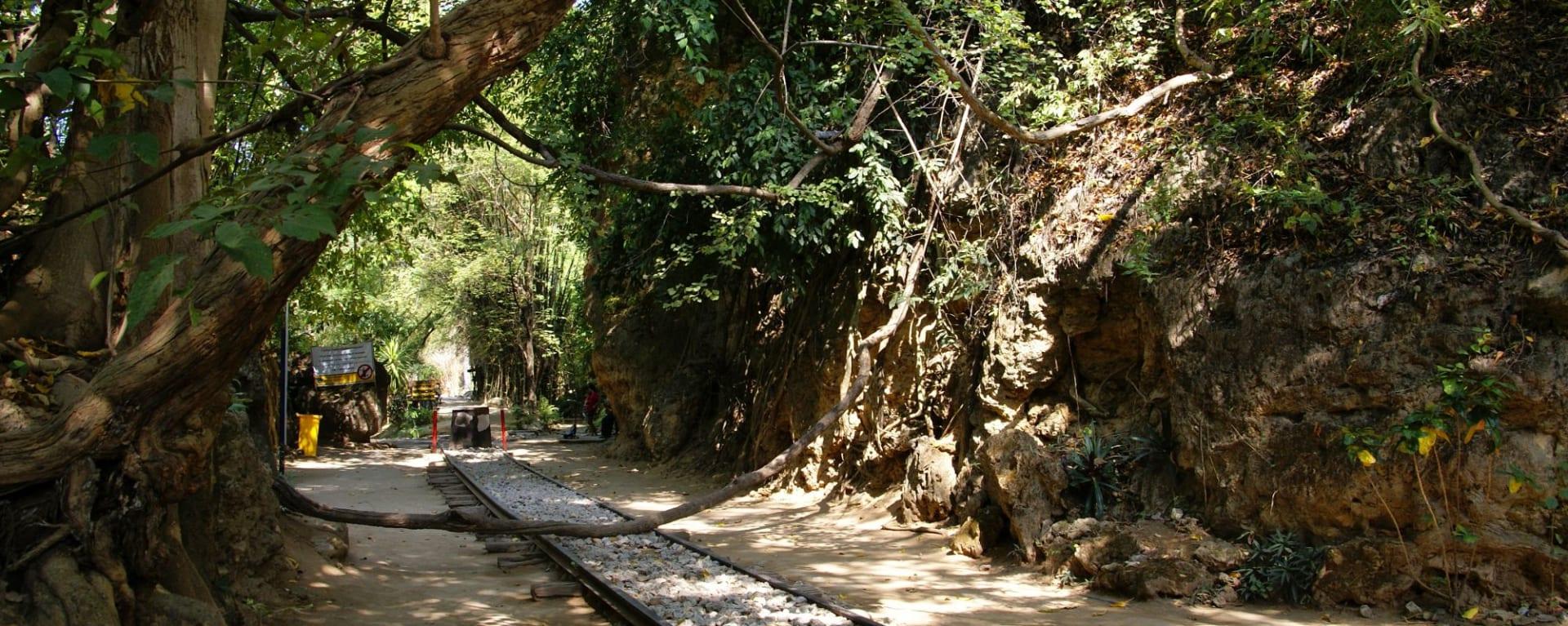 River Kwai Soft Adventure & Expérience avec les éléphants de Bangkok: River Kwai: old railway rails