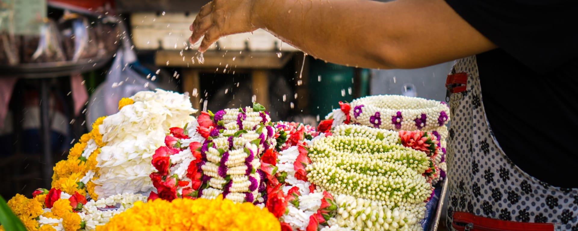 River of Kings- à pied, en tuk-tuk et en bateau à Bangkok: Watering jasmine garland in Thailand street market
