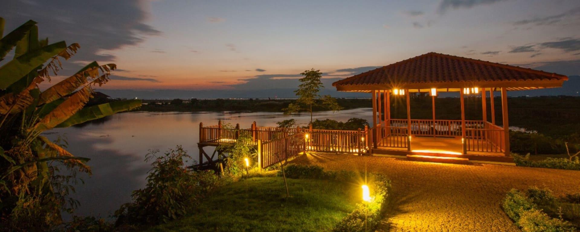 Sanctum Inle Resort à Lac Inle: jetty at night