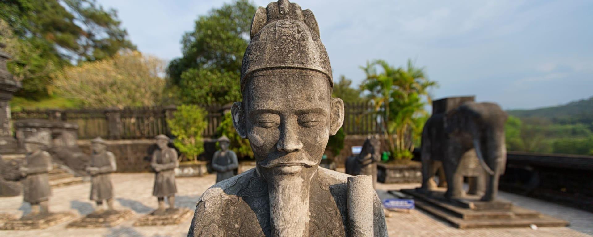 Découverte active du centre du Vietnam de Hué: Hue Statues at the tomb of Emperor Khai Dinh