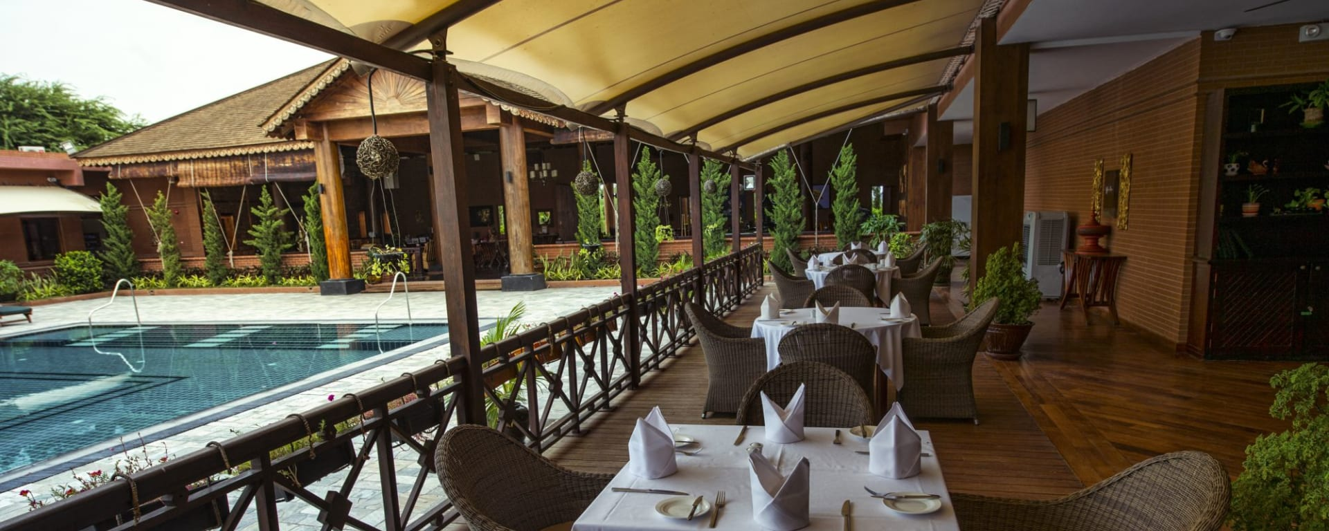 Bagan Lodge: Restaurant by the pool
