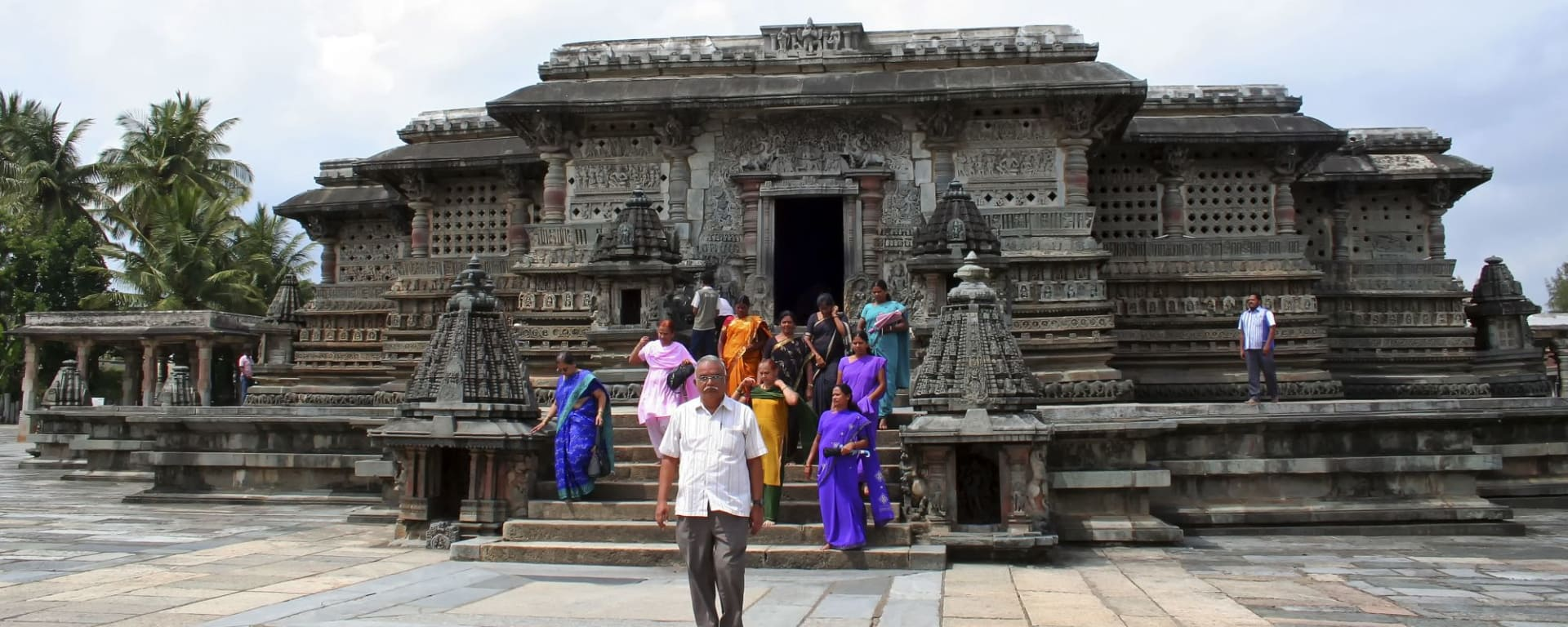 Trésors culturels du Karnataka de Bengaluru: Belur: temple with local tourists