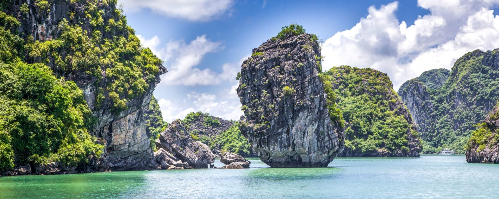 Grosse Indochina Reise ab Hanoi: Halong Bay cruising among beautiful limestone rocks and secluded beaches