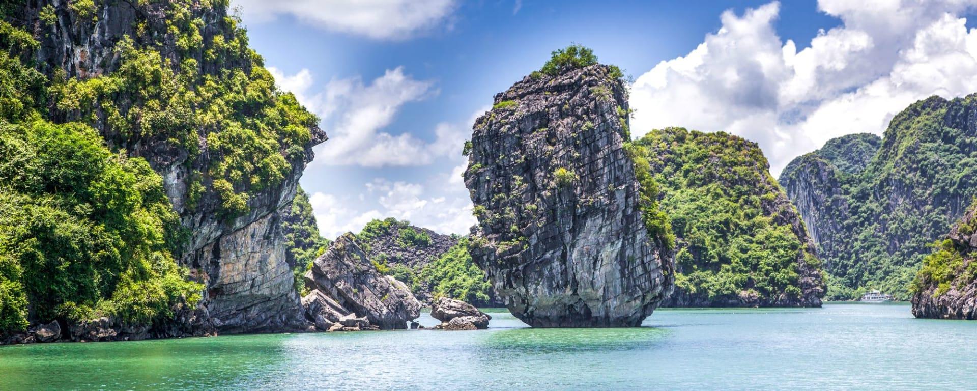 Grosse Indochina Reise ab Luang Prabang: Halong Bay cruising among beautiful limestone rocks and secluded beaches