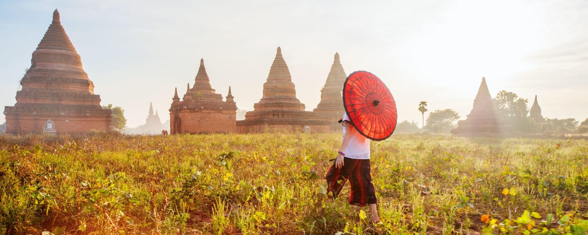 La fascination du Myanmar – un pays en mutation de Yangon: Bagan Young girl with traditional burmese parasol