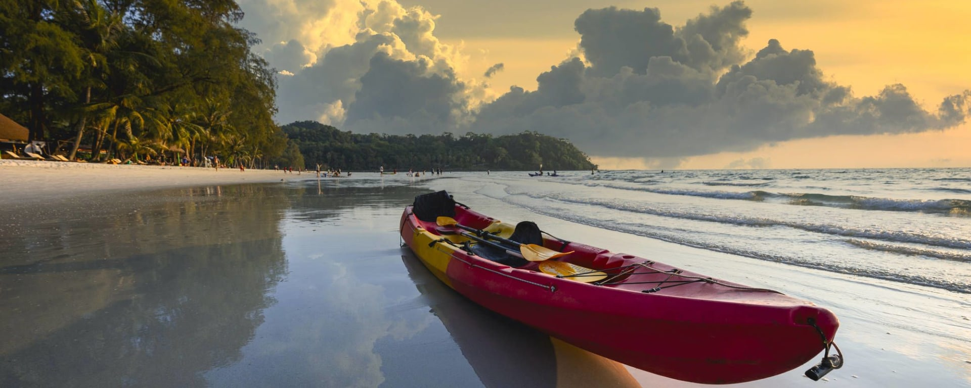 Individuelles Inselhüpfen im Golf von Thailand ab Ko Chang: Ko Kood Red kayak at the beach by the sea in the evening