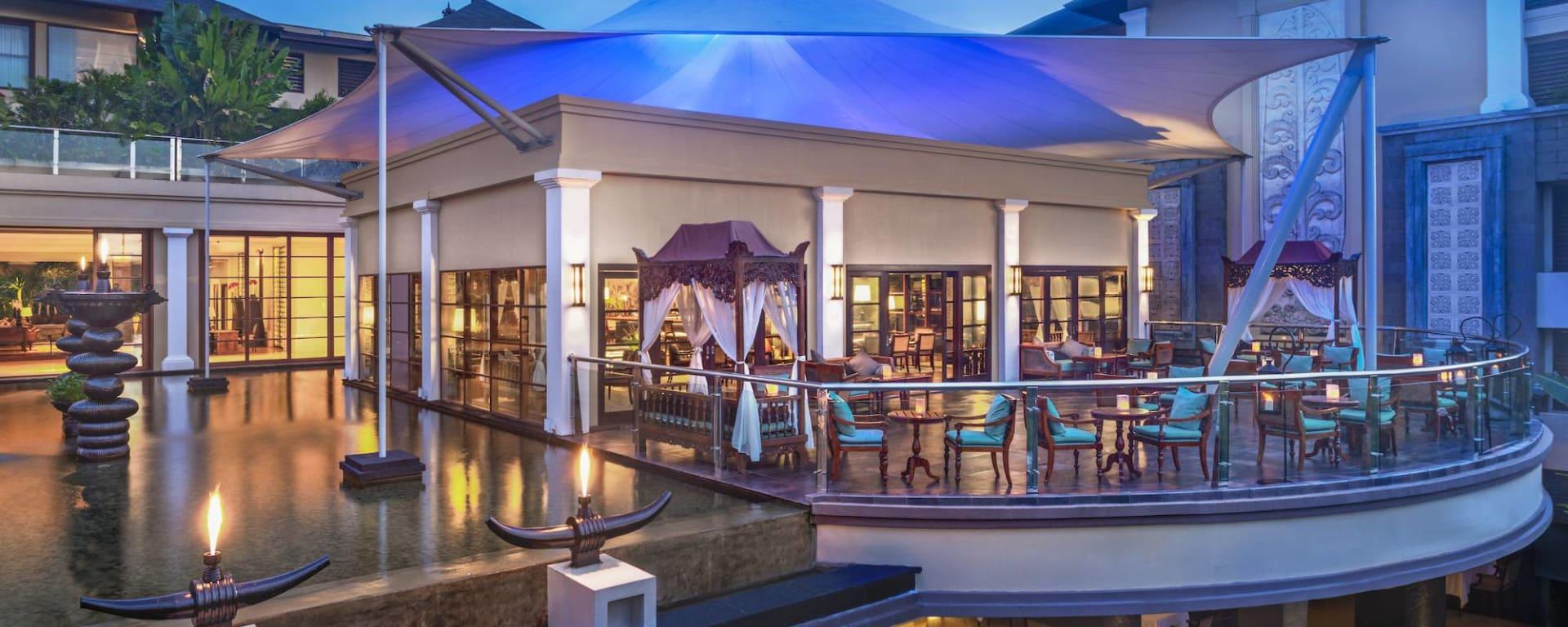 The St. Regis Bali Resort in Südbali: King Cole Bar Terrace at Dusk