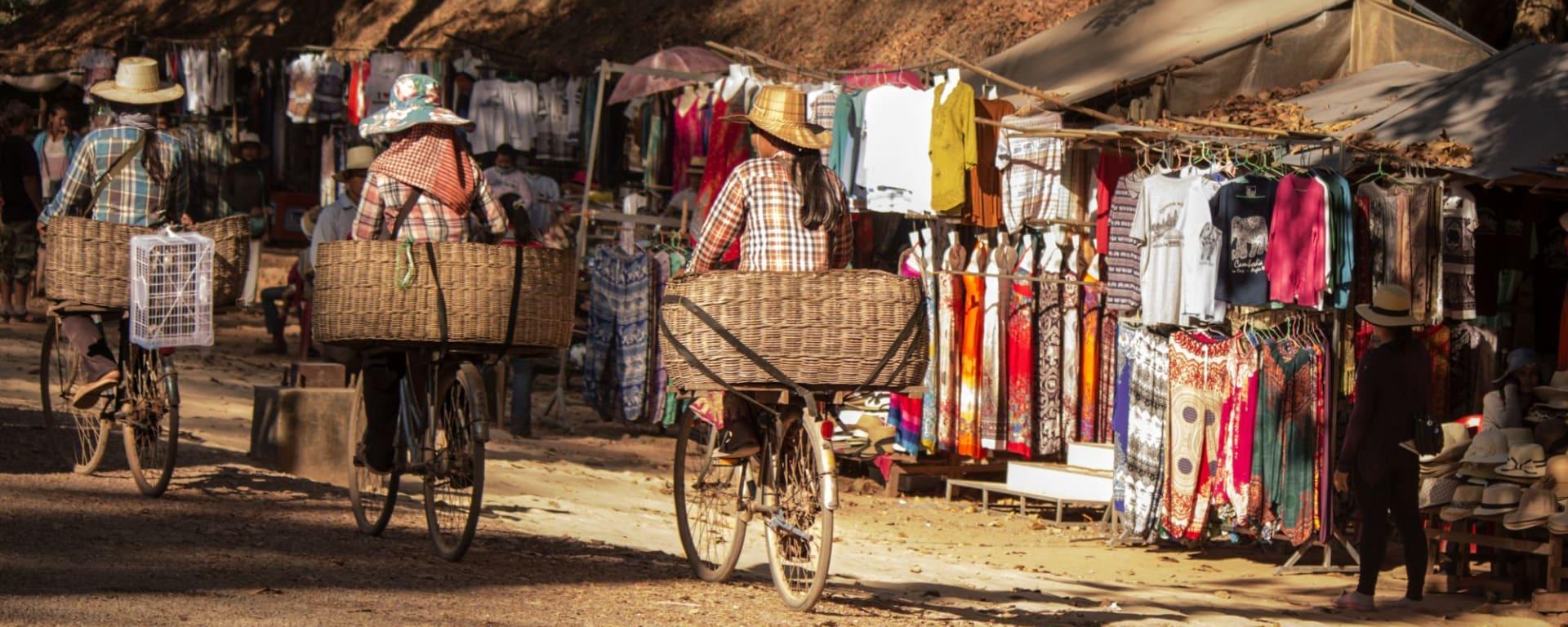 Traversée de Phnom Penh à Angkor: Three ladies riding bicycle